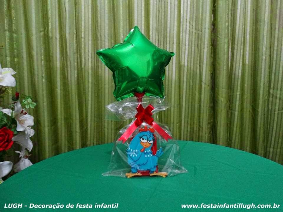 Enfeites para o centro das mesas dos convidados com o tema da Galinha Pintadinha para festa infantil