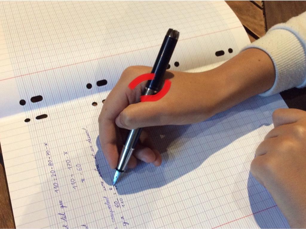 aide tenir crayon