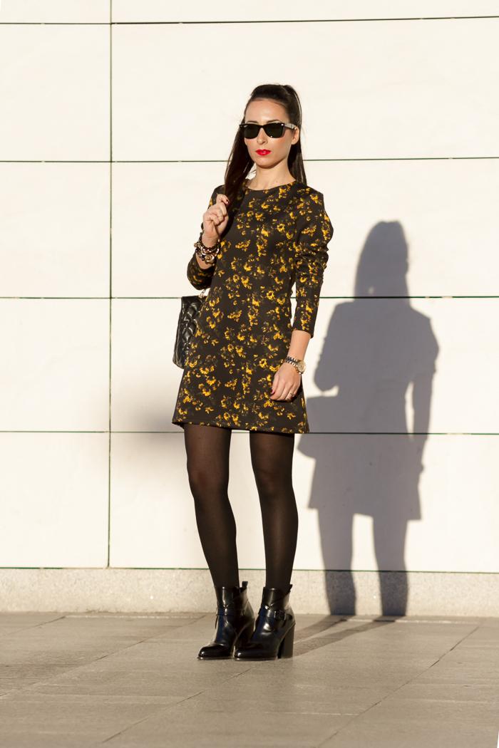 Streetstyle de la bloguera de moda de Valencia WOWS de estilo femenino rock con vestido de flores de neopreno  medias y botines de Zara