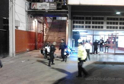 Guillermo Torres caído entre las motos de la policía federal