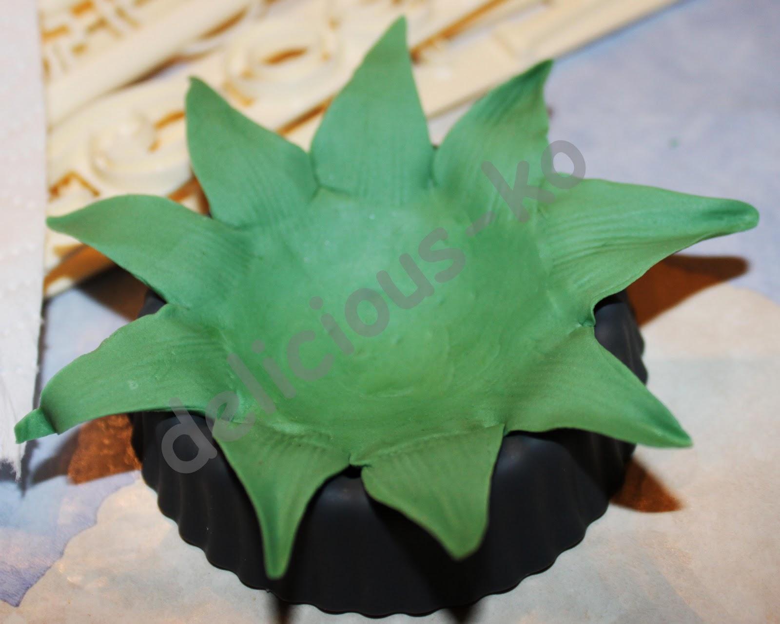 Grune Farbe Herstellen : Grüne Blütenpaste etwas dicker ausrollen und wie im Bild zu sehen