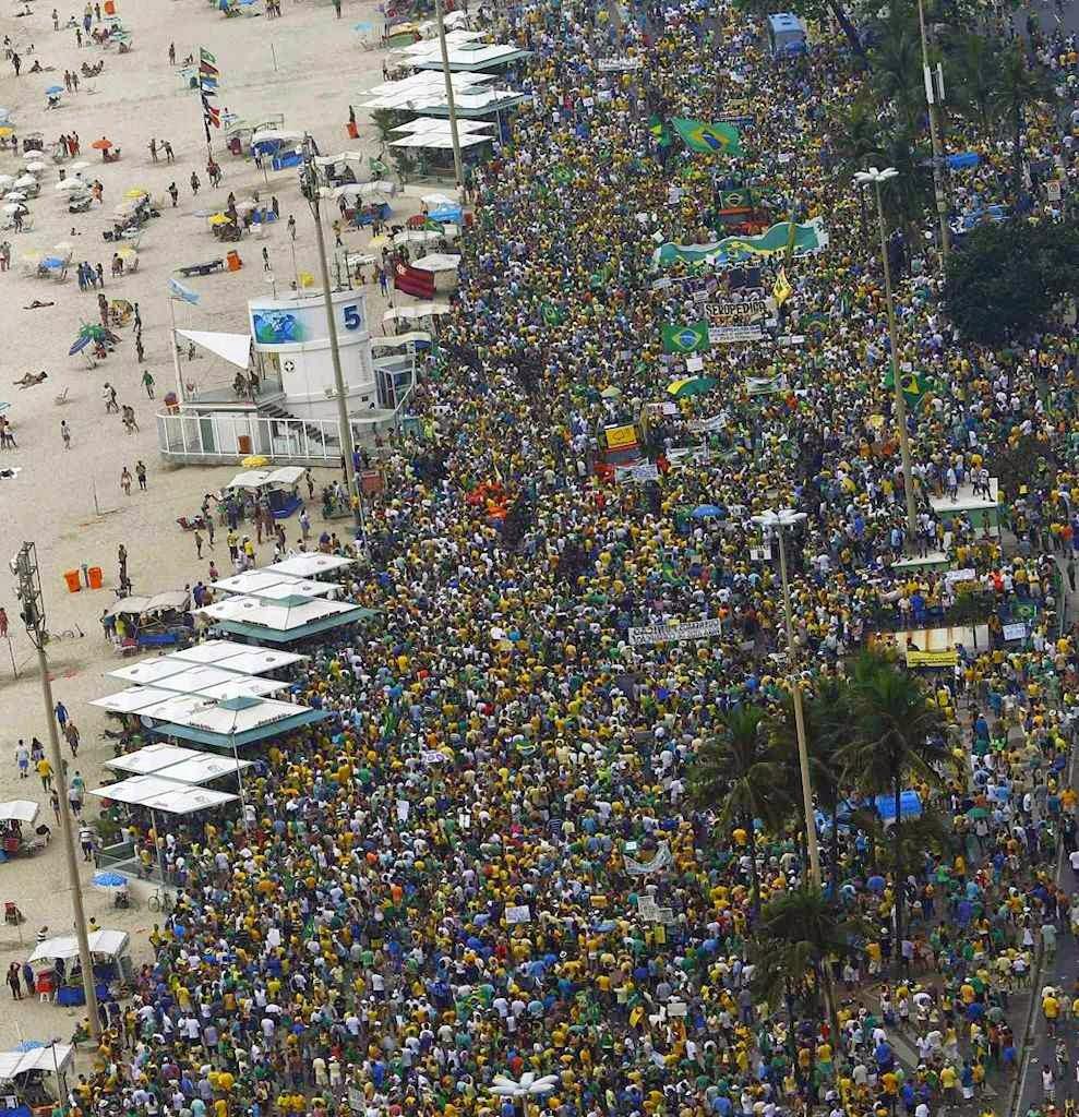 Cariocas deixaram de lado a praia de Copacabana, para protestar