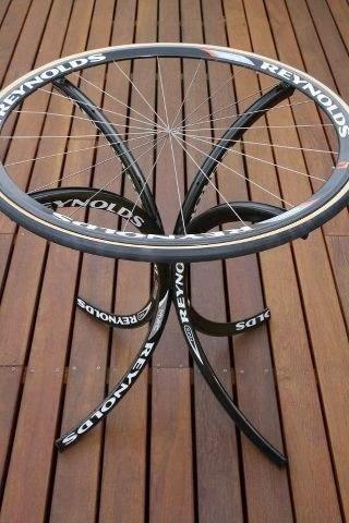 Reutilizar para crear una mesa con neumatico y ruedas de bici