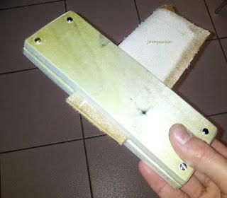 Pince en bois permettant de maintenir le cuir lors de la mise en place des points et de la couture à proprement parler