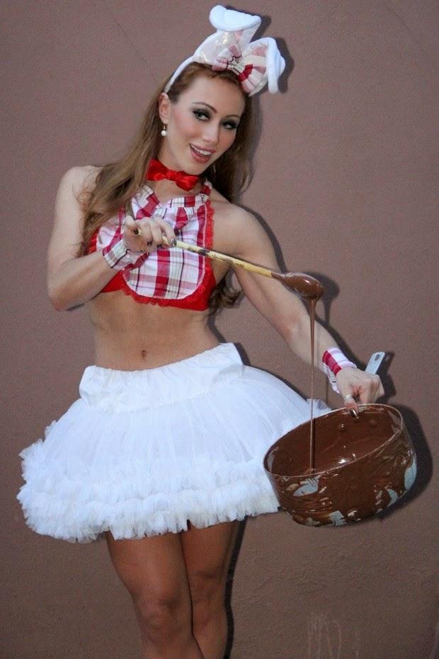 Aline posa de coelhinha sexy e se lambuza de chocolate