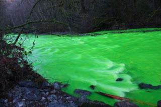 نهر لونه غريب..سبحان الله