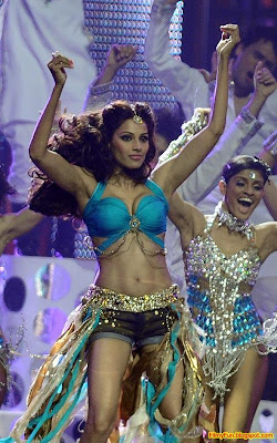 Bipasha Basu performs at the IIFA Awards night in Toronto_FilmyFun.blogspot.com