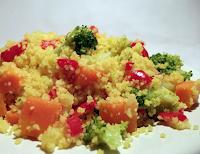 Cuscuz Marroquino com Brócolis, Cenoura e Pimentão (vegana)