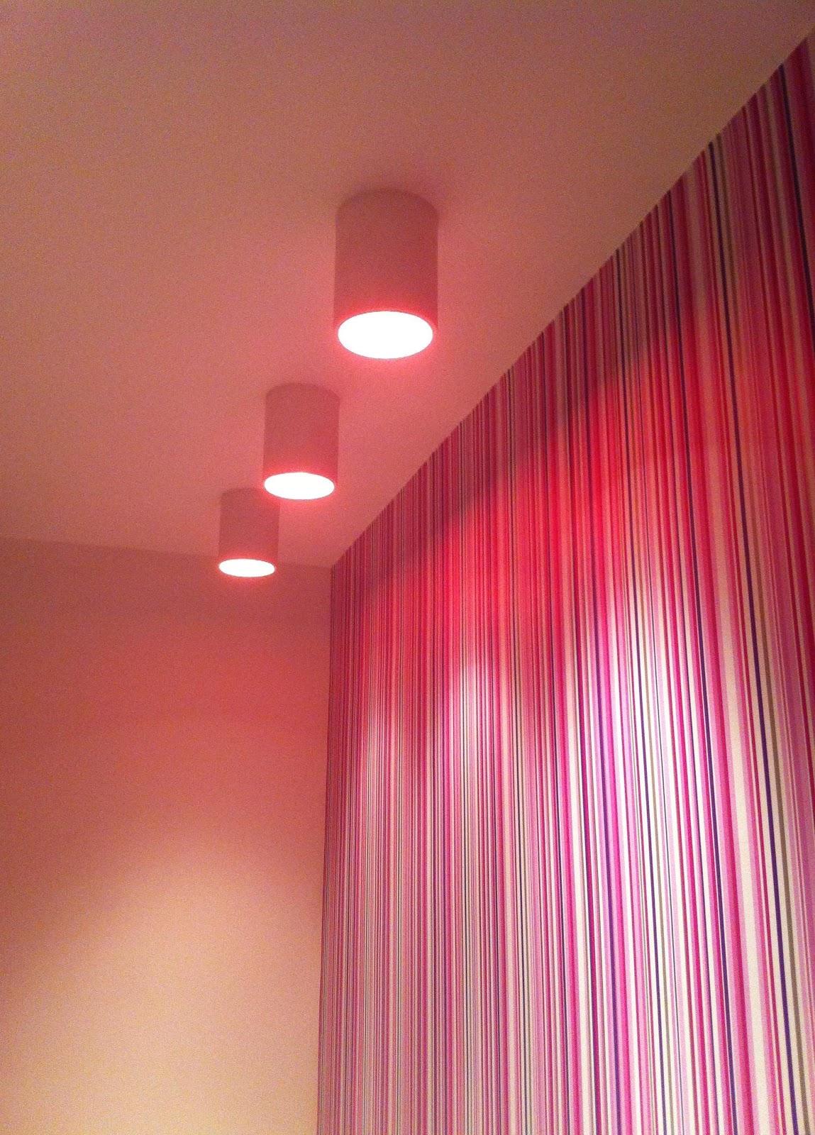 Banheiro da Mercearia Café Bistrot focos de iluminação rosa. #A22949 1149x1600