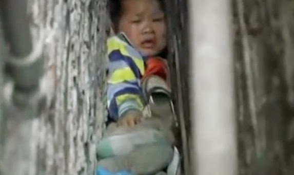 Kanak-kanak Tersepit Celah Dinding di China