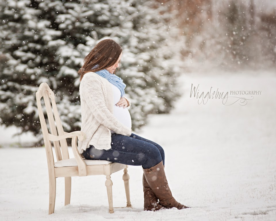 Amazing Winter maternity photos in the snow
