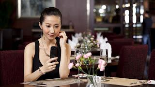 """(CNN) — Rochelle Peachey, fundadora del sitio de citas I Love Your Accent estaba sentada sola en un restaurante mientras pretendía tener una conversación telefónica en su celular, hasta que el teléfono comenzó a sonar. ¡La descubrieron! Hasta el punto de fingir una conversación telefónica llegó Peachey con tal de vencer la vergüenza y la rara sensación que experimenta al comer sola; y no sólo le sucede a ella sino a muchas mujeres viajeras en su situación. """"Odio entrar en un restaurante y pedir la temible mesa para uno"""", dice Peachey, quien por lo general realiza entre tres y cuatro"""