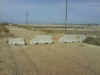 caminos cortados por cadenas, postes y bloques de hormigón al lado de el Burgo de Ebro