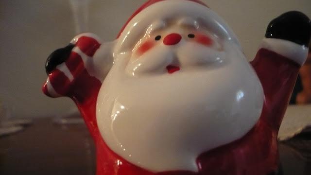 un piccolo Babbo Natale di ceramica