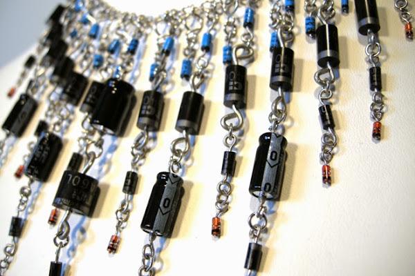 Collana realizzata Riutilizzando componenti Elettronici