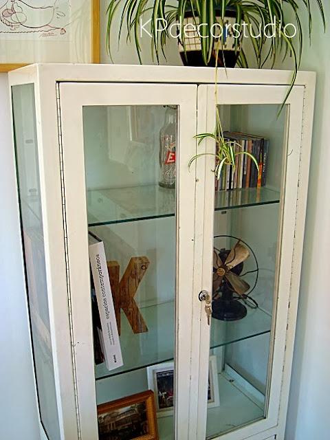 Venta de vitrinas antiguas de consulta de médico. Estanterías estilo industrial
