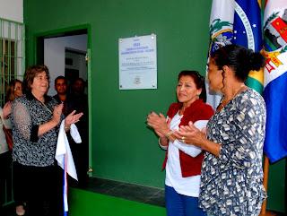 Secretária de Desenvolvimento Social Graça Granito, coordenadora Mariza Souza Ferreira e moradora Regina Céli Gomes Pimentel descerram a placa de inauguração da reforma do CRAS Fischer