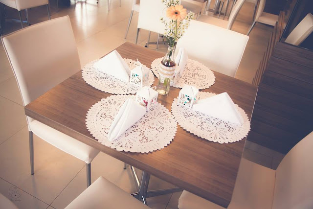 Casamento real - Mariana e Leonardo, casamento econômico, souplats de papel rendado, convite, casamento diy, mesa do bolo, casamento, rústico, garrafinha decorada