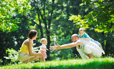 Familia feliz con sus hijos en un día de campo - happy-young-couple-with-their-children-have-fun-at-beautiful-park-outdoor-in-nature