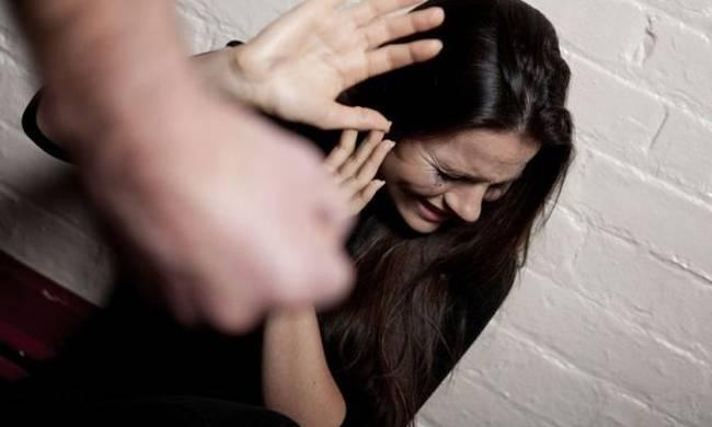 Φρίκη στο Βόλο: Έσβησε τσιγάρο στο μάτι της συζύγου του και τη σάπισε στο ξύλο