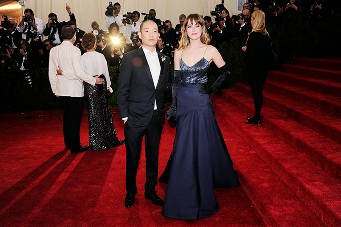 Guantes largos: Dakota Johnson Met 2014, de Jason Wu