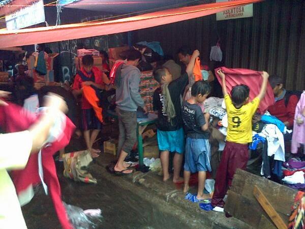 Korban Banjir Kampung Pulo Dapat Bantuan Baju Layak Pakai