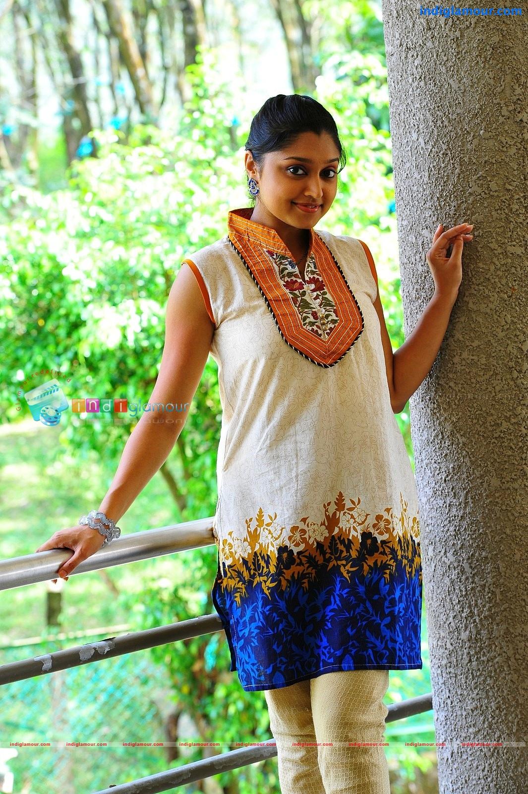Mallu actress Shija rose hot show in saree and churidar ...