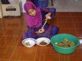 raya 2012 , ni nur fatihah , anak saudara sulung , tengah makan ketupat dan rendang daging yang tok dia masak