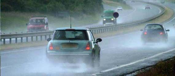 Tips Berkendara Saat Hujan [ www.BlogApaAja.com ]