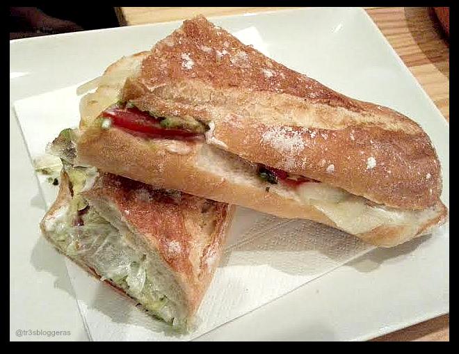 pirulí aguacate queso manchego tomate cebolla y mahones - entre pans Valencia