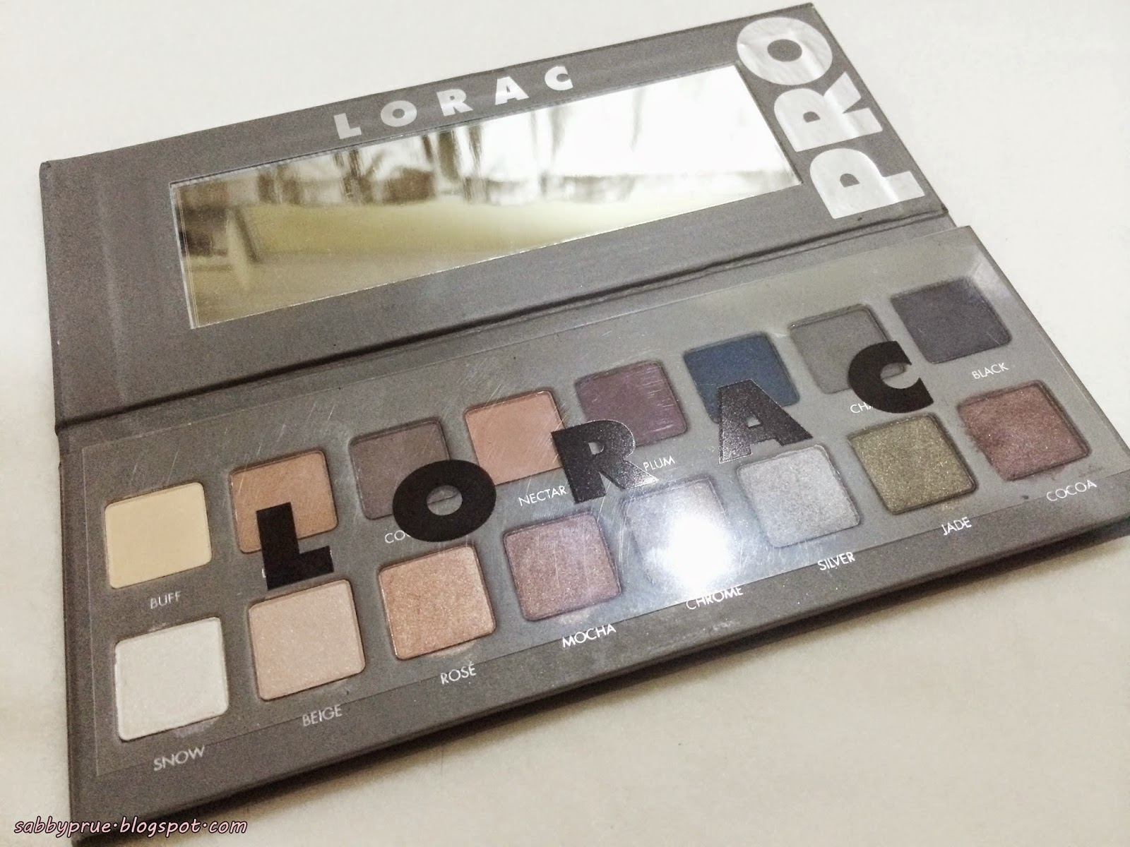 The LORAC Pro Palette 2 es with 16 eye shadows that is divided equally into 2 types of eye shadows which are matte and shimmer eye shadows