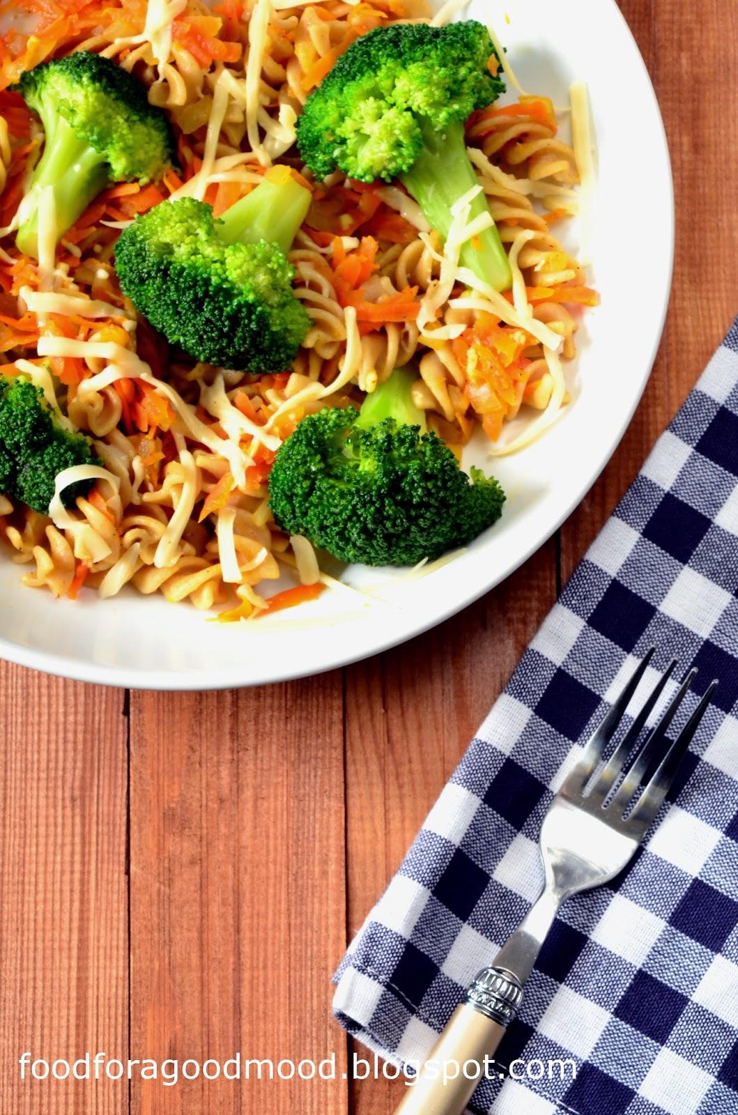 Zdrowo, pożywnie, a do tego smacznie. Takie właśnie jest to wegetariańskie danie. Pełnoziarnisty makaron zapewni na długo uczucie sytości, a warzywa dostarczą porcji witamin. Odrobina czosnku i rozpuszczony żółty ser wieńczą dzieło. Amatorom mięsa polecam wkładkę np. z piersi kurczaka lub indyka.