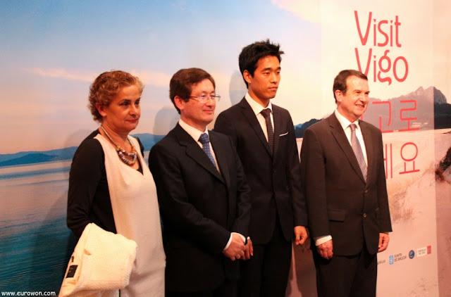 Park Chu-young con embajador y alcalde de Vigo