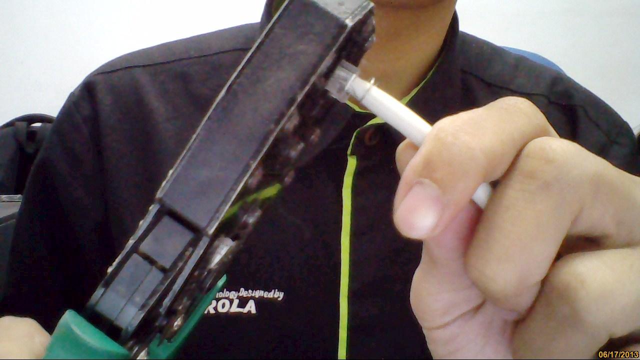 bagian pin pin di konektor menancap di ujung ujung kabel