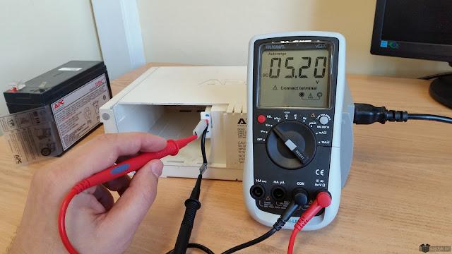Napięcie ładowania baterii w APC Back-UPS RS500