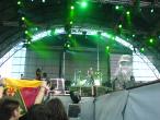 Scorpions, 9 iunie 2011, The Zoo, Pawel Maciwoda, Rudolf Schenker, Klaus Meine (pregatindu-se sa imparta bete publicului), Matthias Jabs (pe ecran), James Kottak (in spate)
