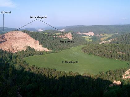 La Vall de la Gavarresa i el Serrat d'Aguiló des de la Cinglera de Cal Llop