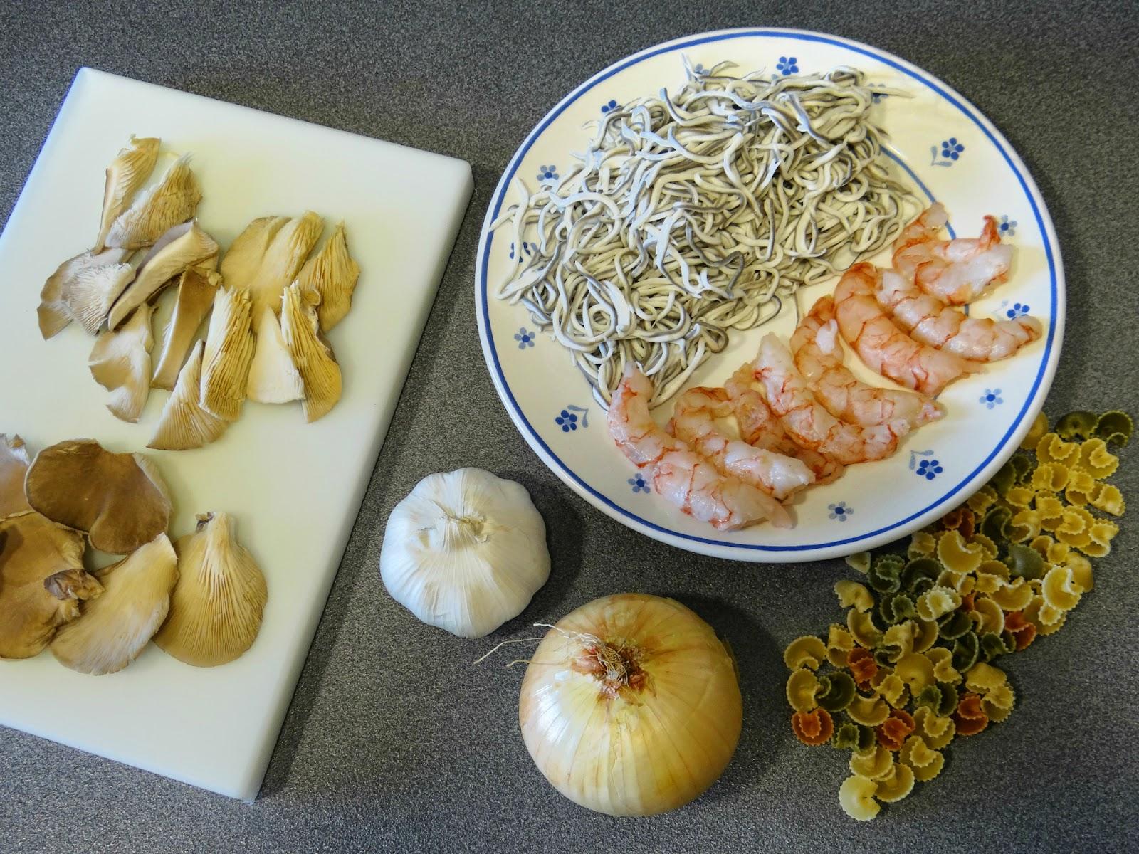 Pasta con setas, gulas y gambas (ingredientes)