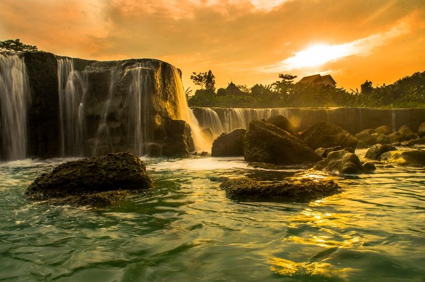 Berjarak tidak jauh dari TPU Bantargebang di Bekasi, tersembunyi air terjun indah yang dikenal dengan nama Curug Parigi. Uniknya, Curup