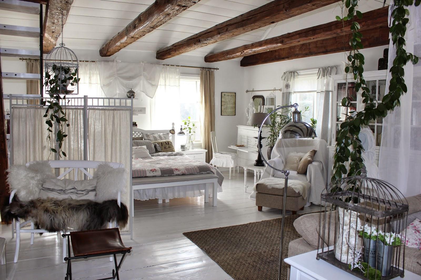 Lantfrid: vitt lin och rustikt timmer...
