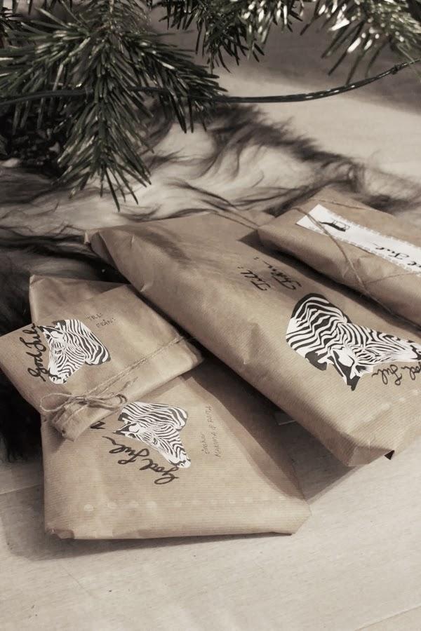 tips julklappsinslagning, inslagning av paket, jul, 2013, fårskinn som julgransmatta, paket i brunt papper, brunt inslagningspapper, zebra printable, annorlunda paket