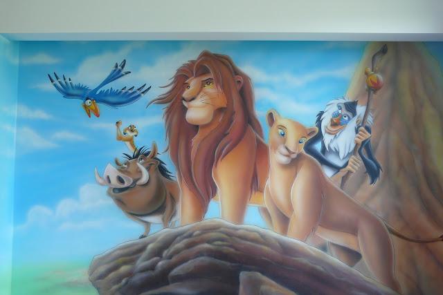Malowanie ściany w pokoju chłopca, grafika ścienna przedstawiająca króla lwa