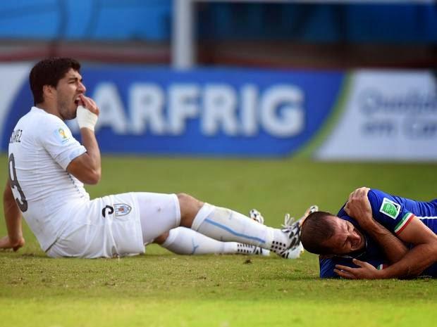 Luis Suarez, Giorgio Chiellini, Uruguay, Italy, World Cup 2014, bite, bites, bitten