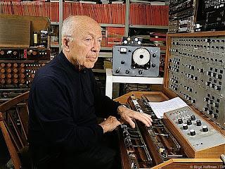 Oskar Sala interpretando el Mixturtrautonium transistorizado en su estudio de Berlín.