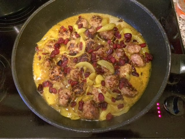 Мясные фрикадельки с картофелем и клюквой