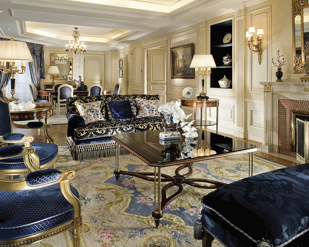 Stay at Four Seasons Hotel George V Paris title=