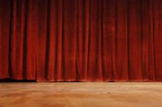 Función teatral con una compañía de teatro aficionado