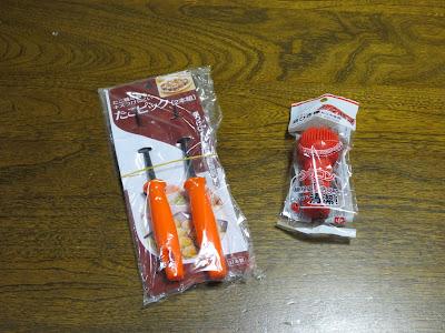 「たこ焼き器をキズつけにくい たこピック 2本組」(下村企販)と「シリコン油ひき棒 たこ焼き用」(レック)
