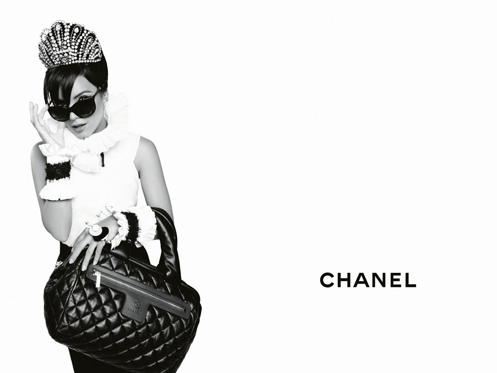 http://3.bp.blogspot.com/-_RDT52Om4Mo/T2PunWGguaI/AAAAAAAAFQc/E1ICeGUSUoU/s1600/CHANEL-Coco-Cocoon-Lily-Allen-advertising-campaign-by-Karl-Lagerfeld-01.jpg