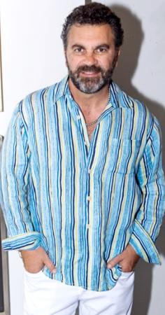 Manuel Mijares con bigote y barba